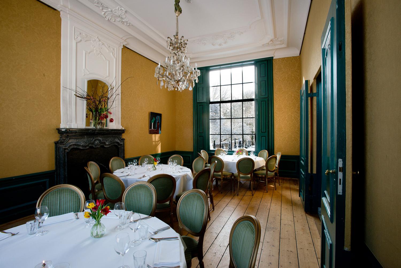 Grote salon diner ronde tafels