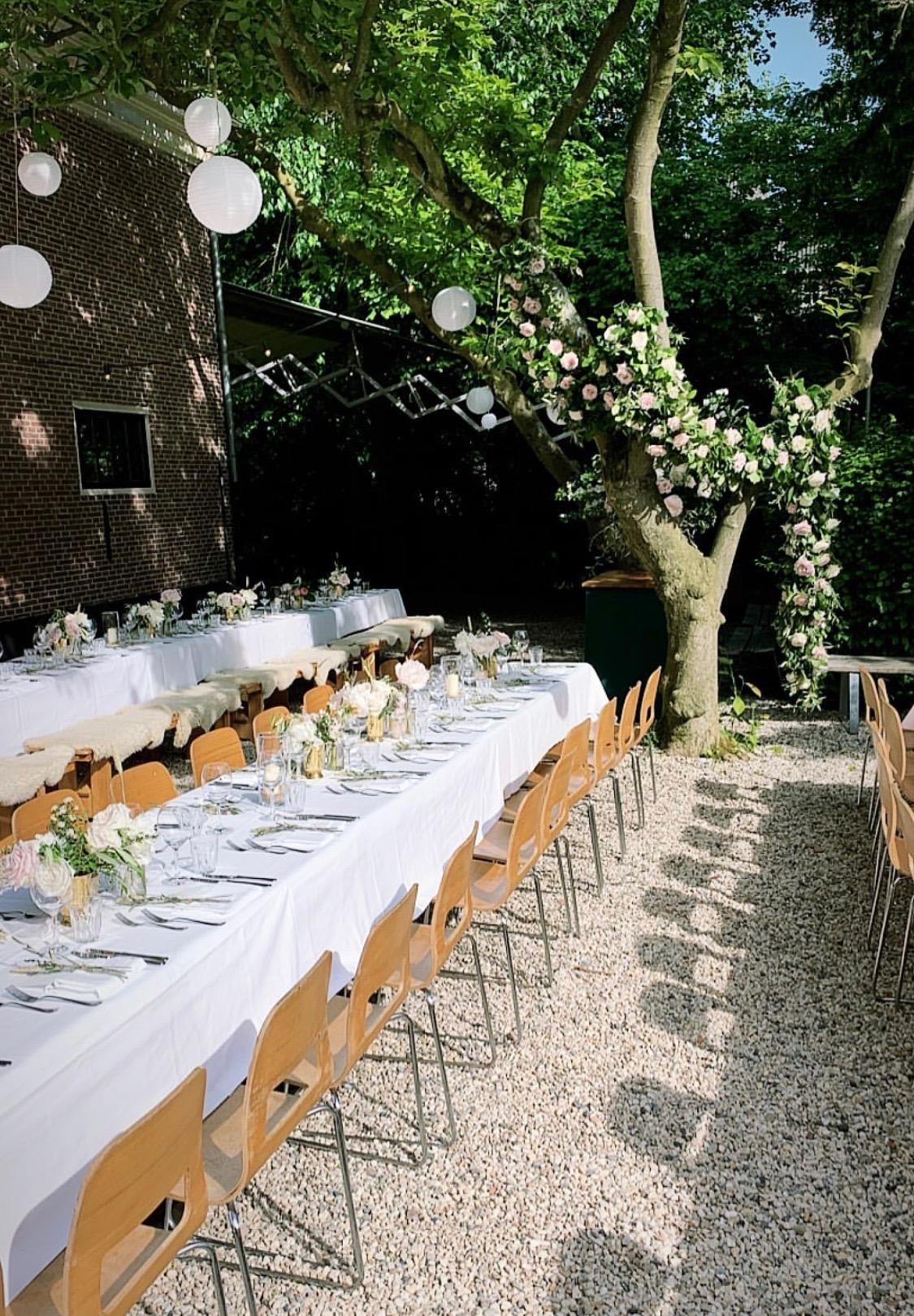Diner onder de magnoliaboom